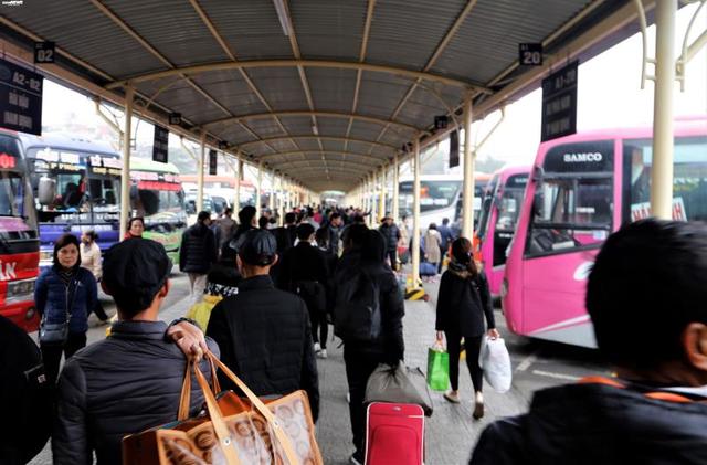 Bến xe vắng vẻ lạ thường, đường phố Thủ đô ùn ứ ngày 27 Tết - Ảnh 7.