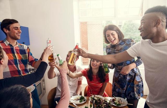 Những loại thực phẩm và đồ uống nên ăn để tránh say rượu - Ảnh 1.