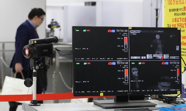 Video từ tâm dịch Vũ Hán: Nhân viên y tế Trung Quốc mặc đồ chống virus kín người, quét thân nhiệt hành khách trên máy bay - Ảnh 4.