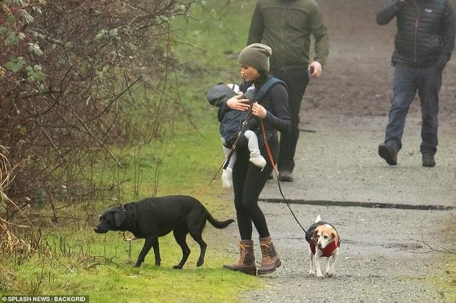Meghan Markle lần đầu cho con trai lộ diện ở Canada khi dắt chó đi dạo, nhìn cách đứa trẻ được mẹ chăm sóc khiến ai cũng lo lắng - Ảnh 3.