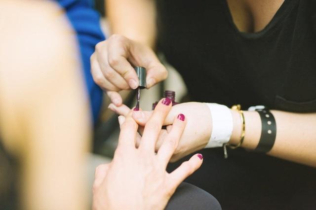 Thợ làm móng tiết lộ 7 điều mà các tiệm không muốn khách hàng biết, chị em có nhu cầu làm đẹp ăn tết cần cẩn trọng nếu không muốn mắc ung thư - Ảnh 4.
