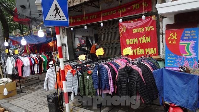 Đổ xô mua hàng thời trang giảm giá bom tấn cuối năm - Ảnh 1.