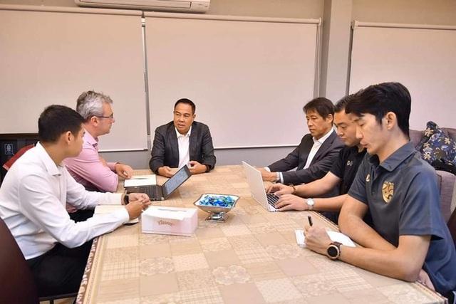 Trắng tay cùng Thái Lan, HLV Nishino vẫn được thưởng hợp đồng với lương gấp đôi thầy Park - Ảnh 1.