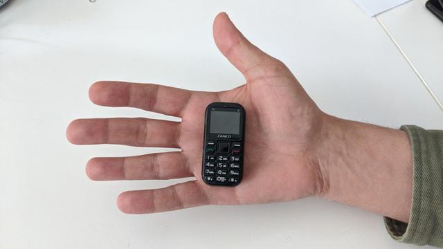 Cận cảnh chiếc điện thoại nhỏ nhất thế giới: có màn hình 1 inch và cả camera, chơi được game xếp hình, rắn săn mồi các kiểu - Ảnh 4.
