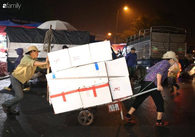 Tết đang gõ cửa từng nhà nhưng với nhiều người lao động ở chợ đầu mối Long Biên, Tết vẫn là những ngày vất vả mưu sinh cùng bát bún ăn vội vàng giữa đêm muộn - Ảnh 1.