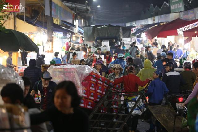 Tết đang gõ cửa từng nhà nhưng với nhiều người lao động ở chợ đầu mối Long Biên, Tết vẫn là những ngày vất vả mưu sinh cùng bát bún ăn vội vàng giữa đêm muộn - Ảnh 2.