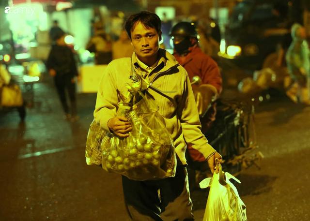 Tết đang gõ cửa từng nhà nhưng với nhiều người lao động ở chợ đầu mối Long Biên, Tết vẫn là những ngày vất vả mưu sinh cùng bát bún ăn vội vàng giữa đêm muộn - Ảnh 11.