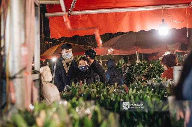 Sáng sớm cuối năm ở chợ hoa hot nhất Hà Nội: người qua kẻ lại tấp nập suốt cả đêm, nhiều bạn trẻ cũng lặn lội dậy sớm đi mua hoa - Ảnh 12.