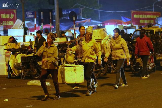 Tết đang gõ cửa từng nhà nhưng với nhiều người lao động ở chợ đầu mối Long Biên, Tết vẫn là những ngày vất vả mưu sinh cùng bát bún ăn vội vàng giữa đêm muộn - Ảnh 12.