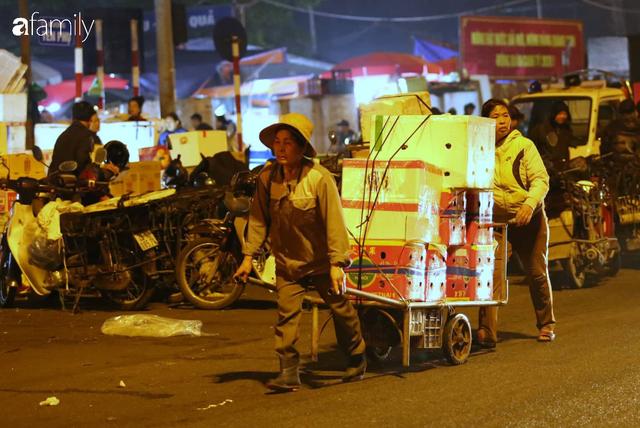 Tết đang gõ cửa từng nhà nhưng với nhiều người lao động ở chợ đầu mối Long Biên, Tết vẫn là những ngày vất vả mưu sinh cùng bát bún ăn vội vàng giữa đêm muộn - Ảnh 13.