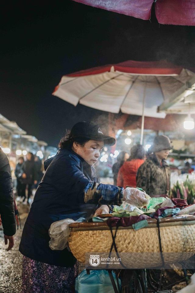 Sáng sớm cuối năm ở chợ hoa hot nhất Hà Nội: người qua kẻ lại tấp nập suốt cả đêm, nhiều bạn trẻ cũng lặn lội dậy sớm đi mua hoa - Ảnh 14.