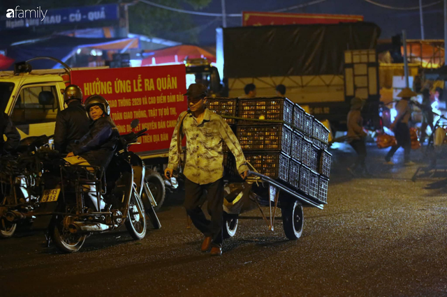 Tết đang gõ cửa từng nhà nhưng với nhiều người lao động ở chợ đầu mối Long Biên, Tết vẫn là những ngày vất vả mưu sinh cùng bát bún ăn vội vàng giữa đêm muộn - Ảnh 14.