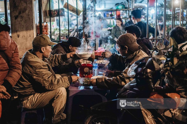 Sáng sớm cuối năm ở chợ hoa hot nhất Hà Nội: người qua kẻ lại tấp nập suốt cả đêm, nhiều bạn trẻ cũng lặn lội dậy sớm đi mua hoa - Ảnh 15.