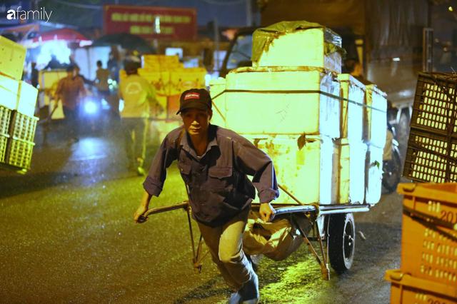 Tết đang gõ cửa từng nhà nhưng với nhiều người lao động ở chợ đầu mối Long Biên, Tết vẫn là những ngày vất vả mưu sinh cùng bát bún ăn vội vàng giữa đêm muộn - Ảnh 15.