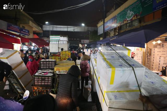 Tết đang gõ cửa từng nhà nhưng với nhiều người lao động ở chợ đầu mối Long Biên, Tết vẫn là những ngày vất vả mưu sinh cùng bát bún ăn vội vàng giữa đêm muộn - Ảnh 17.