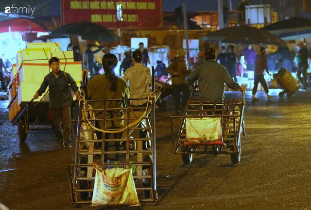 Tết đang gõ cửa từng nhà nhưng với nhiều người lao động ở chợ đầu mối Long Biên, Tết vẫn là những ngày vất vả mưu sinh cùng bát bún ăn vội vàng giữa đêm muộn - Ảnh 18.