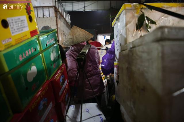Tết đang gõ cửa từng nhà nhưng với nhiều người lao động ở chợ đầu mối Long Biên, Tết vẫn là những ngày vất vả mưu sinh cùng bát bún ăn vội vàng giữa đêm muộn - Ảnh 19.