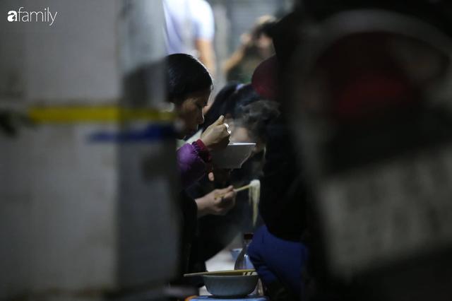 Tết đang gõ cửa từng nhà nhưng với nhiều người lao động ở chợ đầu mối Long Biên, Tết vẫn là những ngày vất vả mưu sinh cùng bát bún ăn vội vàng giữa đêm muộn - Ảnh 3.