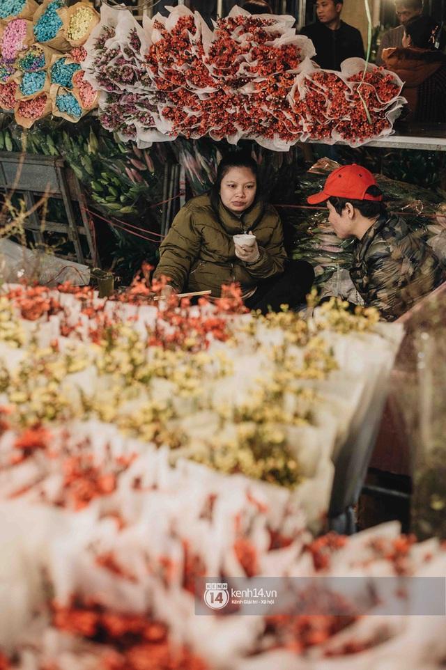 Sáng sớm cuối năm ở chợ hoa hot nhất Hà Nội: người qua kẻ lại tấp nập suốt cả đêm, nhiều bạn trẻ cũng lặn lội dậy sớm đi mua hoa - Ảnh 4.