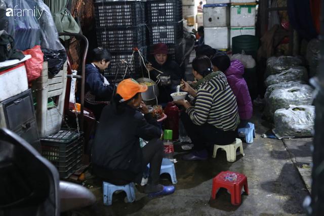 Tết đang gõ cửa từng nhà nhưng với nhiều người lao động ở chợ đầu mối Long Biên, Tết vẫn là những ngày vất vả mưu sinh cùng bát bún ăn vội vàng giữa đêm muộn - Ảnh 4.