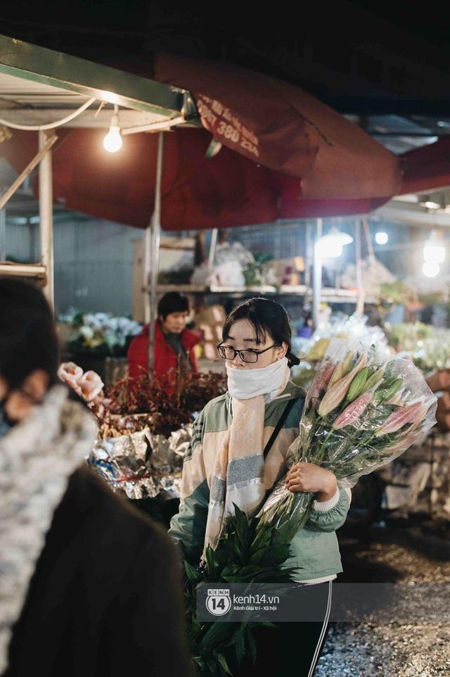 Sáng sớm cuối năm ở chợ hoa hot nhất Hà Nội: người qua kẻ lại tấp nập suốt cả đêm, nhiều bạn trẻ cũng lặn lội dậy sớm đi mua hoa - Ảnh 5.