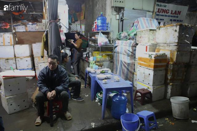 Tết đang gõ cửa từng nhà nhưng với nhiều người lao động ở chợ đầu mối Long Biên, Tết vẫn là những ngày vất vả mưu sinh cùng bát bún ăn vội vàng giữa đêm muộn - Ảnh 5.