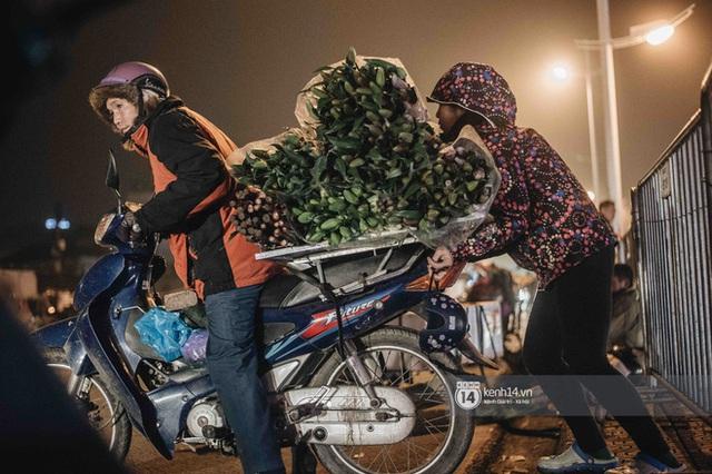 Sáng sớm cuối năm ở chợ hoa hot nhất Hà Nội: người qua kẻ lại tấp nập suốt cả đêm, nhiều bạn trẻ cũng lặn lội dậy sớm đi mua hoa - Ảnh 6.