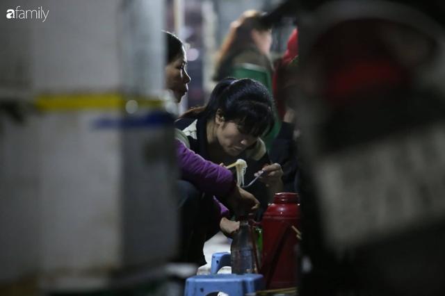 Tết đang gõ cửa từng nhà nhưng với nhiều người lao động ở chợ đầu mối Long Biên, Tết vẫn là những ngày vất vả mưu sinh cùng bát bún ăn vội vàng giữa đêm muộn - Ảnh 6.