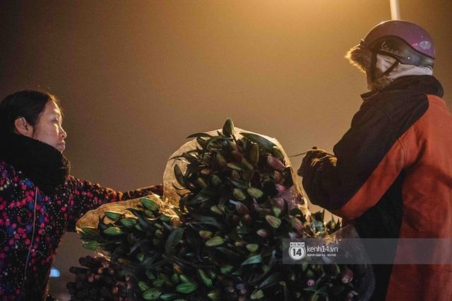 Sáng sớm cuối năm ở chợ hoa hot nhất Hà Nội: người qua kẻ lại tấp nập suốt cả đêm, nhiều bạn trẻ cũng lặn lội dậy sớm đi mua hoa - Ảnh 7.