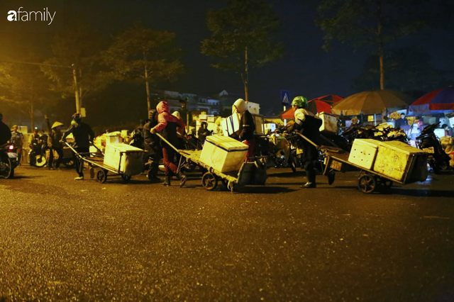 Tết đang gõ cửa từng nhà nhưng với nhiều người lao động ở chợ đầu mối Long Biên, Tết vẫn là những ngày vất vả mưu sinh cùng bát bún ăn vội vàng giữa đêm muộn - Ảnh 7.