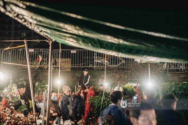 Sáng sớm cuối năm ở chợ hoa hot nhất Hà Nội: người qua kẻ lại tấp nập suốt cả đêm, nhiều bạn trẻ cũng lặn lội dậy sớm đi mua hoa - Ảnh 8.