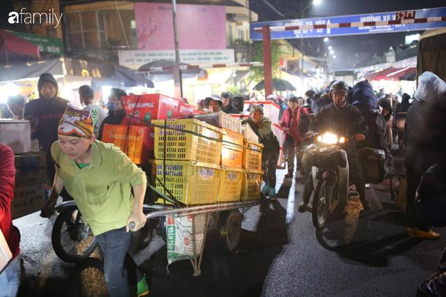 Tết đang gõ cửa từng nhà nhưng với nhiều người lao động ở chợ đầu mối Long Biên, Tết vẫn là những ngày vất vả mưu sinh cùng bát bún ăn vội vàng giữa đêm muộn - Ảnh 8.