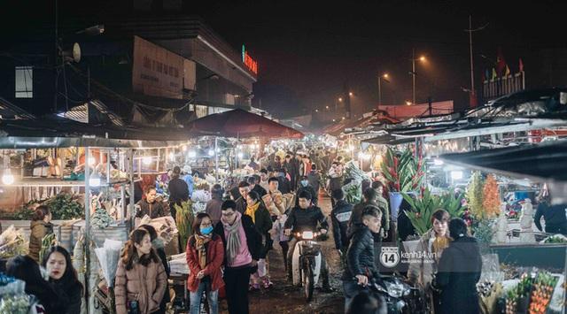 Sáng sớm cuối năm ở chợ hoa hot nhất Hà Nội: người qua kẻ lại tấp nập suốt cả đêm, nhiều bạn trẻ cũng lặn lội dậy sớm đi mua hoa - Ảnh 10.