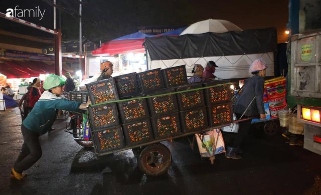 Tết đang gõ cửa từng nhà nhưng với nhiều người lao động ở chợ đầu mối Long Biên, Tết vẫn là những ngày vất vả mưu sinh cùng bát bún ăn vội vàng giữa đêm muộn - Ảnh 10.