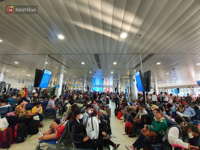 Nỗi ám ảnh chiều 30 Tết ở sân bay Tân Sơn Nhất: Nhiều chuyến bay delay, hàng ngàn người nằm vật vờ chờ đợi - Ảnh 2.