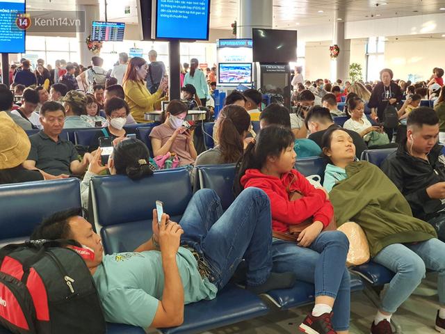 Nỗi ám ảnh chiều 30 Tết ở sân bay Tân Sơn Nhất: Nhiều chuyến bay delay, hàng ngàn người nằm vật vờ chờ đợi - Ảnh 11.