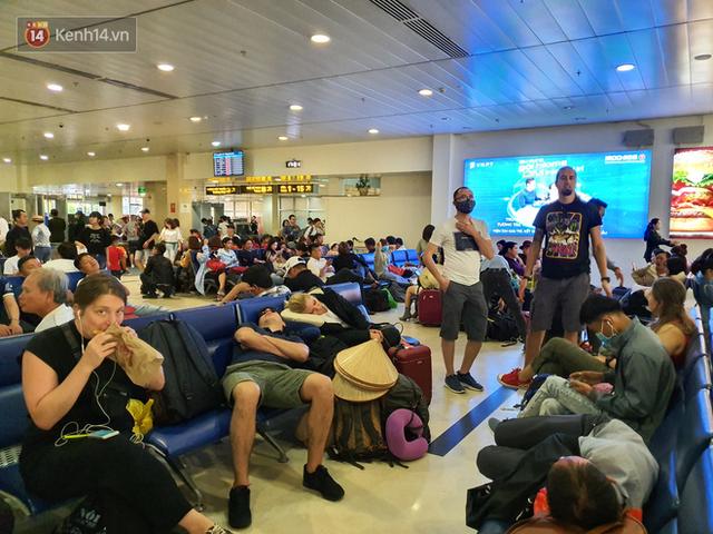 Nỗi ám ảnh chiều 30 Tết ở sân bay Tân Sơn Nhất: Nhiều chuyến bay delay, hàng ngàn người nằm vật vờ chờ đợi - Ảnh 12.