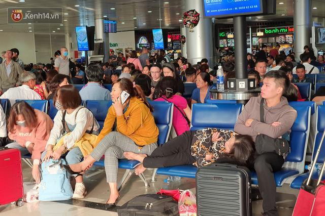 Nỗi ám ảnh chiều 30 Tết ở sân bay Tân Sơn Nhất: Nhiều chuyến bay delay, hàng ngàn người nằm vật vờ chờ đợi - Ảnh 13.