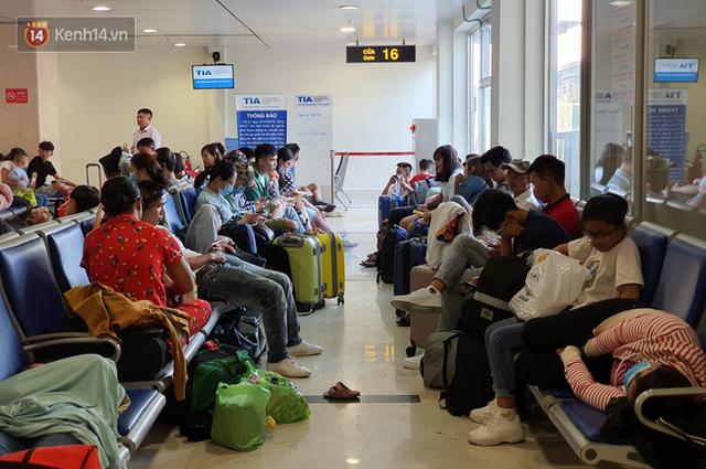 Nỗi ám ảnh chiều 30 Tết ở sân bay Tân Sơn Nhất: Nhiều chuyến bay delay, hàng ngàn người nằm vật vờ chờ đợi - Ảnh 14.