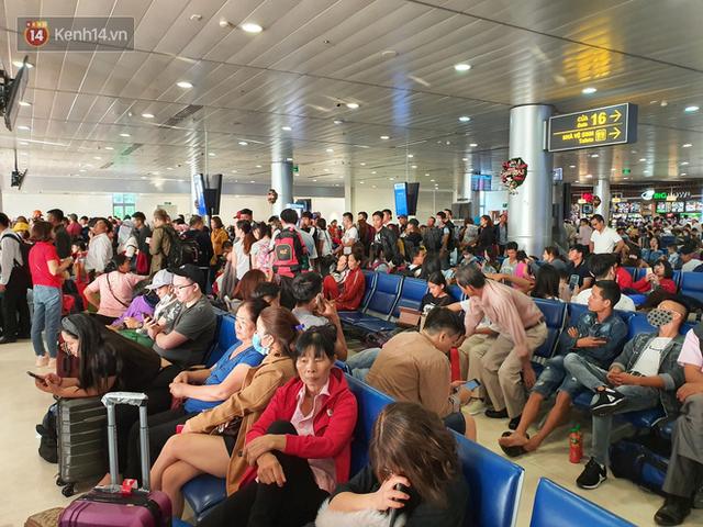 Nỗi ám ảnh chiều 30 Tết ở sân bay Tân Sơn Nhất: Nhiều chuyến bay delay, hàng ngàn người nằm vật vờ chờ đợi - Ảnh 16.