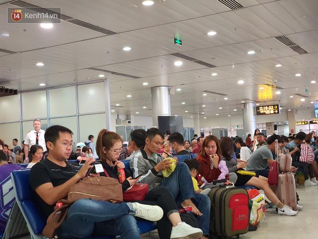 Nỗi ám ảnh chiều 30 Tết ở sân bay Tân Sơn Nhất: Nhiều chuyến bay delay, hàng ngàn người nằm vật vờ chờ đợi - Ảnh 17.