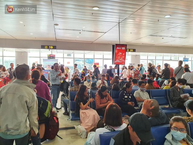Nỗi ám ảnh chiều 30 Tết ở sân bay Tân Sơn Nhất: Nhiều chuyến bay delay, hàng ngàn người nằm vật vờ chờ đợi - Ảnh 3.