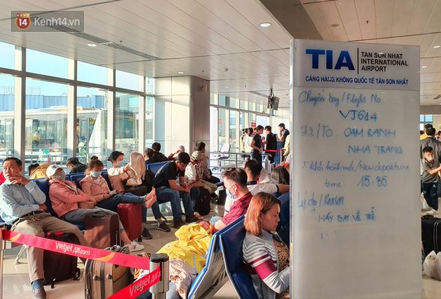 Nỗi ám ảnh chiều 30 Tết ở sân bay Tân Sơn Nhất: Nhiều chuyến bay delay, hàng ngàn người nằm vật vờ chờ đợi - Ảnh 4.