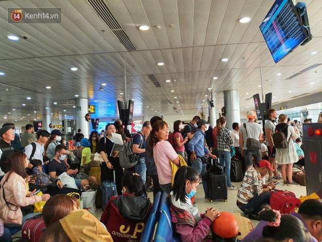 Nỗi ám ảnh chiều 30 Tết ở sân bay Tân Sơn Nhất: Nhiều chuyến bay delay, hàng ngàn người nằm vật vờ chờ đợi - Ảnh 7.