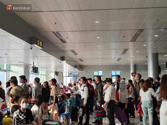Nỗi ám ảnh chiều 30 Tết ở sân bay Tân Sơn Nhất: Nhiều chuyến bay delay, hàng ngàn người nằm vật vờ chờ đợi - Ảnh 8.