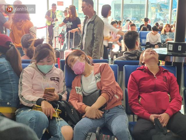 Nỗi ám ảnh chiều 30 Tết ở sân bay Tân Sơn Nhất: Nhiều chuyến bay delay, hàng ngàn người nằm vật vờ chờ đợi - Ảnh 10.