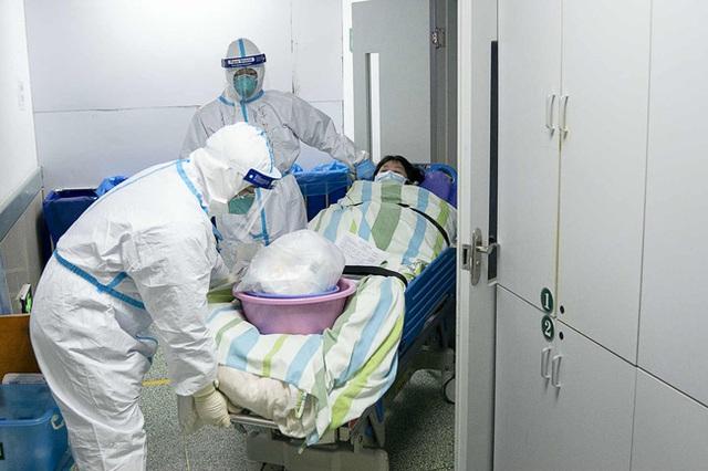 Loạt ảnh và clip cho thấy sự nhọc nhằn của bác sĩ ở Vũ Hán: Ăn Tết trong bệnh viện, bật khóc vì áp lực và thậm chí hy sinh cả tính mạng - Ảnh 11.