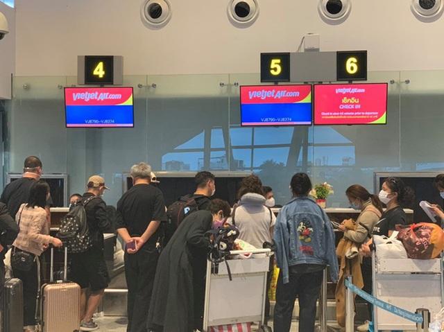 Hình ảnh 166 du khách Trung Quốc đeo khẩu trang làm thủ tục rời Đà Nẵng để về lại Vũ Hán - Ảnh 1.