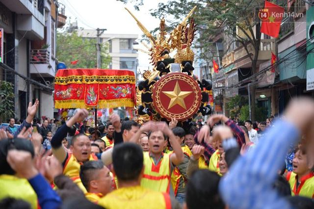 Hàng nghìn người hò reo cổ vũ màn rước pháo và tung hô quan đám tại lễ hội Đồng Kỵ - Ảnh 2.