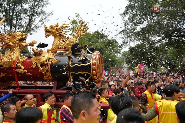 Hàng nghìn người hò reo cổ vũ màn rước pháo và tung hô quan đám tại lễ hội Đồng Kỵ - Ảnh 11.